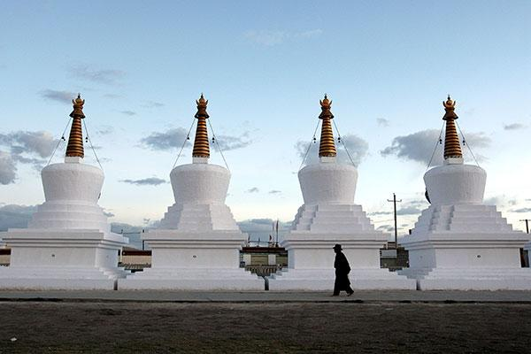 Visitors flock to Tibet after the region's massive investment in transportation infrastructure:null