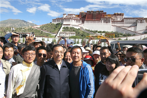 Premier Li interacts with local people, tourists in Lhasa:null