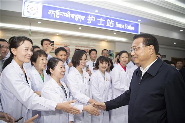 Premier Li visits medical volunteers in Lhasa:null