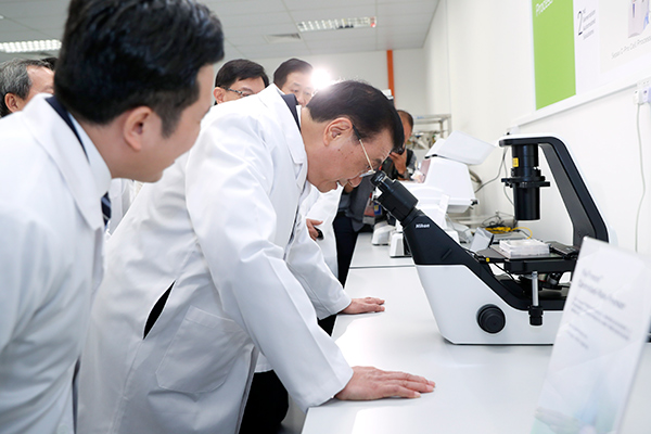 Premier Li calls for Sino-Singaporean cooperation in cancer-fighting technologies :null