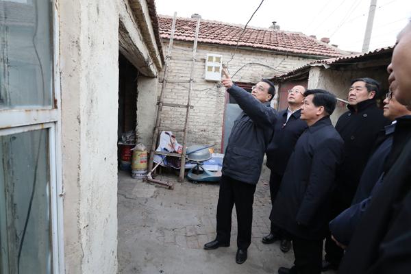 Premier Li visits shantytown dwellers:null