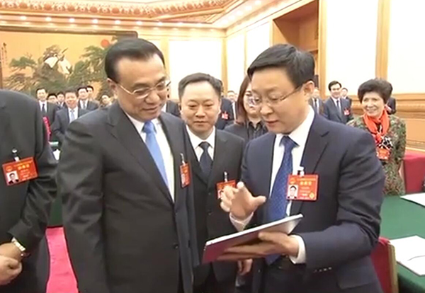 NPC deputy presents AI products to Premier Li:null