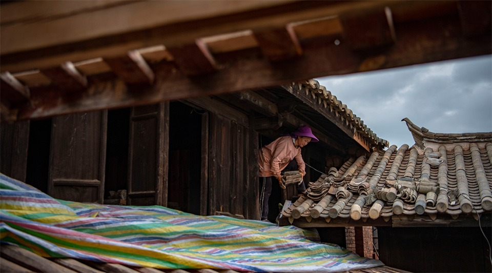 Old houses get repaired in SW China's Yunnan:3