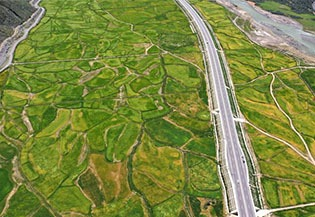 Scenery along highway linking Lhasa, Nyingchi:0