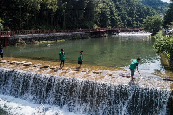 Volunteers help improve local environment in E China's Zhejiang:null