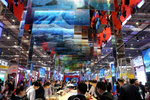 Exhibition center greets large number of visitors on 2nd day of CIIE:null