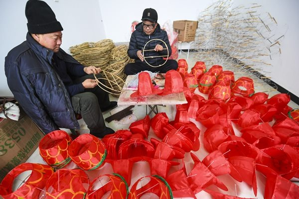 Villagers of Houyi township make lanterns as Chinese New Year draws near:null