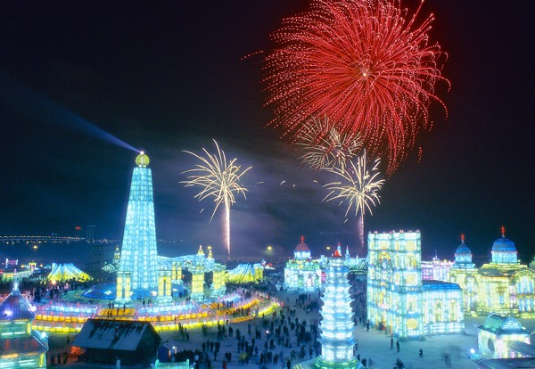 Spectacular ice festival in northeastern China attracts throngs of visitors:null