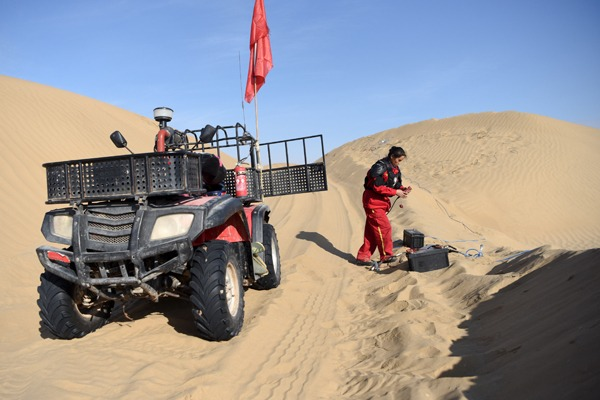 Oil exploration workers engaged in hard work in Taklimakan Desert, Xinjiang:null