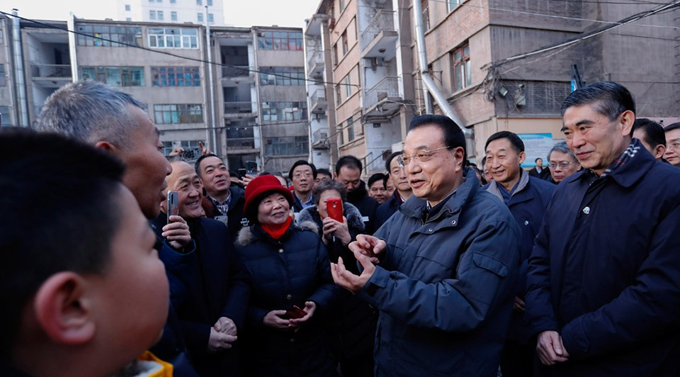 Premier Li visits old residential community in Xining:1