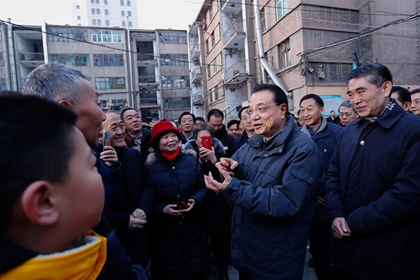Premier Li visits old residential community in Xining:null