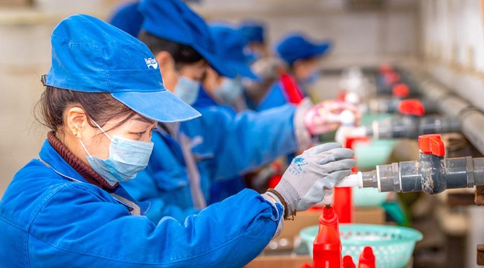 Workers in factories in Shanxi work overtime to meet increasing need:3