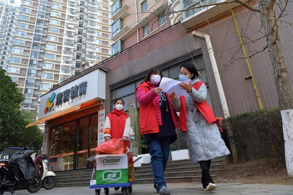 Community staff purchase daily necessities for households in enclosed building in Nanchang:null