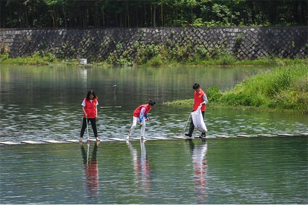 Volunteers collect waste in river in Yingfeng village of Hangzhou:null