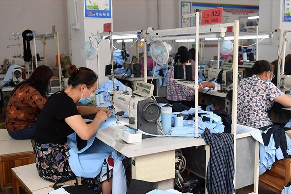 Poverty alleviation workshops provide jobs to relocated residents in Guangxi:null
