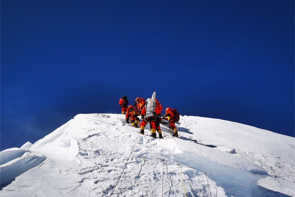 Chinese expedition conducts surveying atop world's highest peak:null