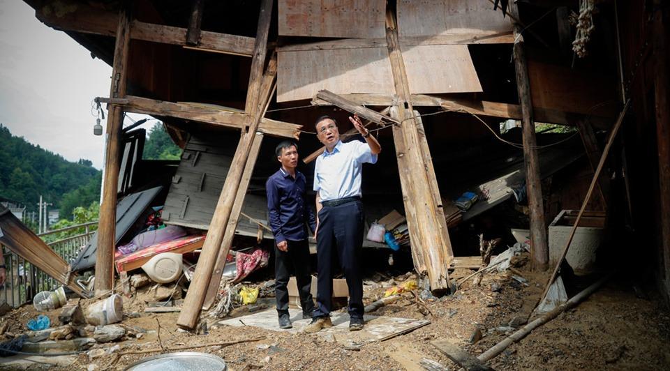 Premier Li visits flood victims in mountainous area of Guizhou:1