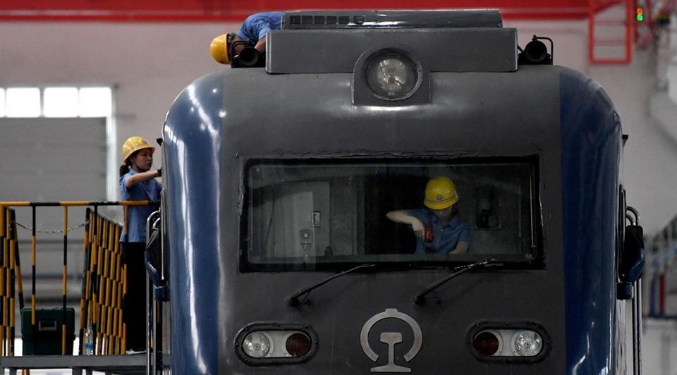 Maintenance workers busy repairing trains at workshop in Henan:2