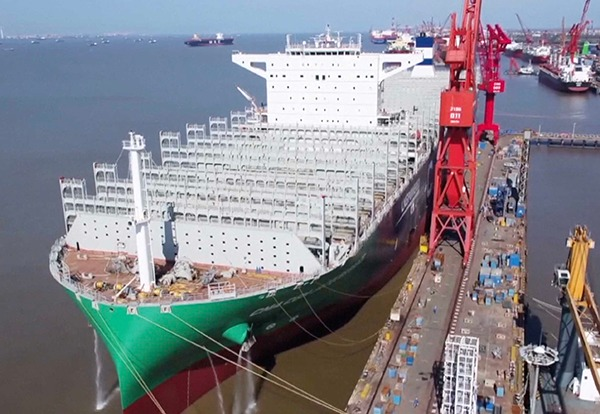 China delivers the world's largest dual-fuel LNG container ship:0