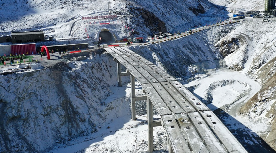 Gansu's Dongshan tunnel at average altitude of 3,850 meters drilled through:2