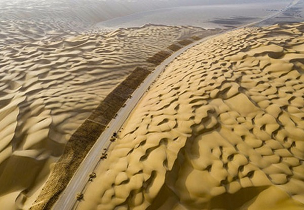 Third highway across China's largest desert built with environmental protection measures:0
