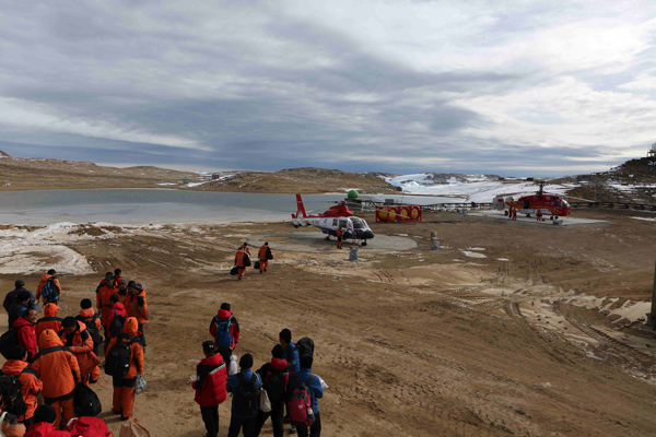cbb8bd43387 A helicopter picks up members of China's 35th Antarctic expedition team from  the Zhongshan Station to China's research icebreaker Xuelong, Feb 13, 2019.